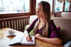 Écriture femelle dans le carnet dans le restaurant photos libres de droits