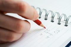 Écriture femelle de main à la page. images stock