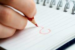 Écriture femelle de main à la page. Photo libre de droits