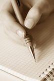 Écriture femelle de main à la page. image libre de droits