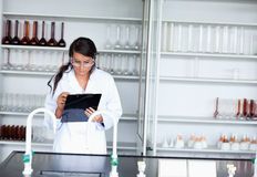 Écriture femelle sérieuse de scientifique sur une planchette photo libre de droits