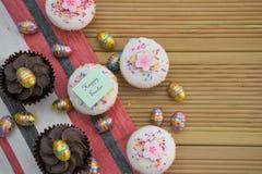 Écriture heureuse de Pâques avec les décorations mignonnes de gâteaux et d'oeuf de pâques Images libres de droits