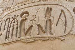 Écriture hiéroglyphique avec la cartouche de rois, Karnak photos libres de droits