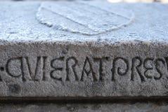 Écriture latine, découpée dans une dalle en pierre Photo stock