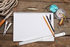 Écriture-livre avec des articles de pêche et des outils de conception sur la BO en bois Photographie stock