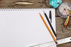 Écriture-livre avec des articles de pêche et des outils de conception sur la BO en bois Image libre de droits