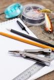 Écriture-livre avec des articles de pêche et des outils de conception sur le boa en bois Photo libre de droits