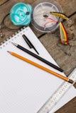 Écriture-livre avec des articles de pêche et des outils de conception sur le boa en bois Image libre de droits