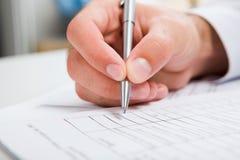 Écriture mâle de main dans le document Image libre de droits