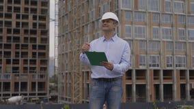 Écriture masculine d'architecte sur le presse-papiers au site 4K clips vidéos