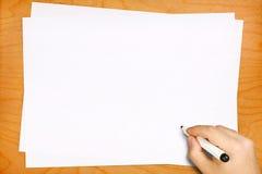 Écriture masculine de main sur les feuilles blanches vides Image libre de droits
