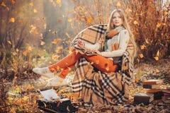 Écriture rêveuse de femme en parc d'automne photos libres de droits