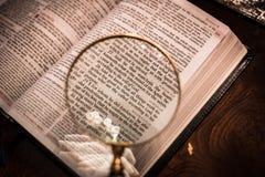 Écriture sainte avec le chapitre 8 de Romains de loupe Photo stock