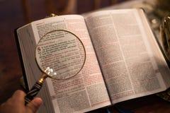 Écriture sainte avec les mains de prière d'or Image libre de droits