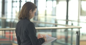 Écriture travaillante de femme d'entreprise constituée en société de carrière dans l'immeuble de bureaux clips vidéos