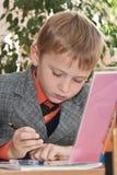 Écriture triste d'écolier dans un copybook photos libres de droits