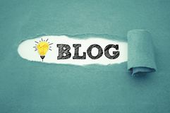 Écritures avec l'ampoule de papier chiffonnée et le blog photos stock