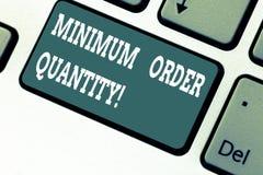 Écrivant à apparence de note la quantité d'ordre minimum Présentation de photo d'affaires la plus en petite quantité d'un produit photographie stock