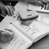 Écrivant à femmes travaillantes de l'information le concept occasionnel image stock
