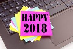 Écrivant à 2018 heureux le texte fait dans le plan rapproché de bureau sur le clavier d'ordinateur portable Concept d'affaires po Photos libres de droits