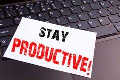 Écrivant à séjour le texte productif fait en plan rapproché de bureau sur le clavier d'ordinateur portable Concept d'affaires pou Photographie stock