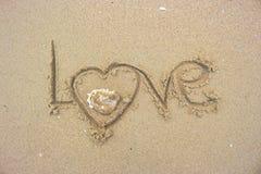Écrivez l'amour a écrit sur le sable Images libres de droits