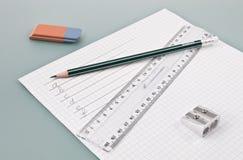 Écrivez les approvisionnements de formation sur un livre blanc photos stock