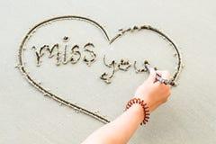 Écrivez les lettres d'amour de mot sur le sable Photographie stock
