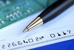 Écrivez un chèque pour payer la facture par la carte de crédit Image libre de droits