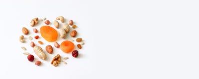 Écrous assortis sur une table blanche Noisettes, anarcadiers, arachides, noix, amandes photo stock