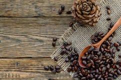 Écrous de cèdre dans une cuillère en bois et une bosse Image stock