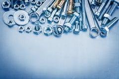 Écrous de screwbolts de joints de boulon d'anchrage et clé plate sur métallique Photographie stock libre de droits