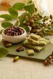 ?crous doux, sensibles, parfum?s, pistaches de Bronte avec la couleur verte brillante et chocolat fait main de pistache photos libres de droits