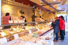 Écrous et bonbons d'achat de personnes sur le marché en Den BosBosch, Pays-Bas Photo libre de droits