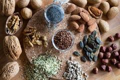 Écrous et graines - noix, amandes, graines de lin, noisettes, chanvre, photos stock