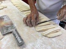 Écrous masculins supérieurs de la pâte de cuisinier de mains Photo libre de droits