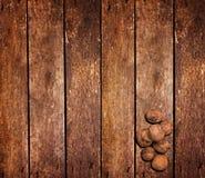 Écrous sur la table en bois Photographie stock