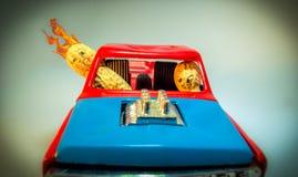 Écrous sur le feu tout en conduisant la voiture de vintage image stock