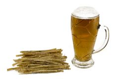 Écument la bière avec les poissons secs d'isolement sur le fond blanc photographie stock libre de droits