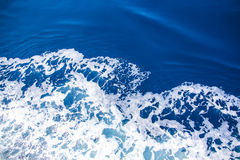 Écumez sur la mer bleue, vue d'en haut Photos libres de droits