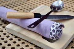 Écumoire, couteau, serviette Image stock