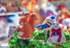 Écureuil avec une noix la glace de Noël assaisonne des jouets traditionnels image libre de droits