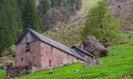 Écurie et maison traditionnelles de pierre de mur Image libre de droits