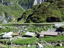Écuries et fermes sur des pâturages de bétail de la vallée d'Urner Boden photo libre de droits