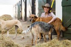 Écuries propriétaire et chiens de cheval femelle Photo libre de droits