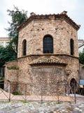 Édifice d'Arian Baptistery dans la ville de Ravenne Photographie stock libre de droits