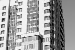 Édifice haut en noir et blanc dans la perspective d'un cle Image stock