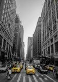 Édifices hauts à New York avec le taxi Image stock