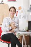 Éditeur de magazine de mode dans son bureau. images libres de droits