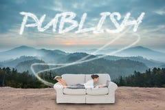 Éditez contre la campagne scénique avec des montagnes images libres de droits